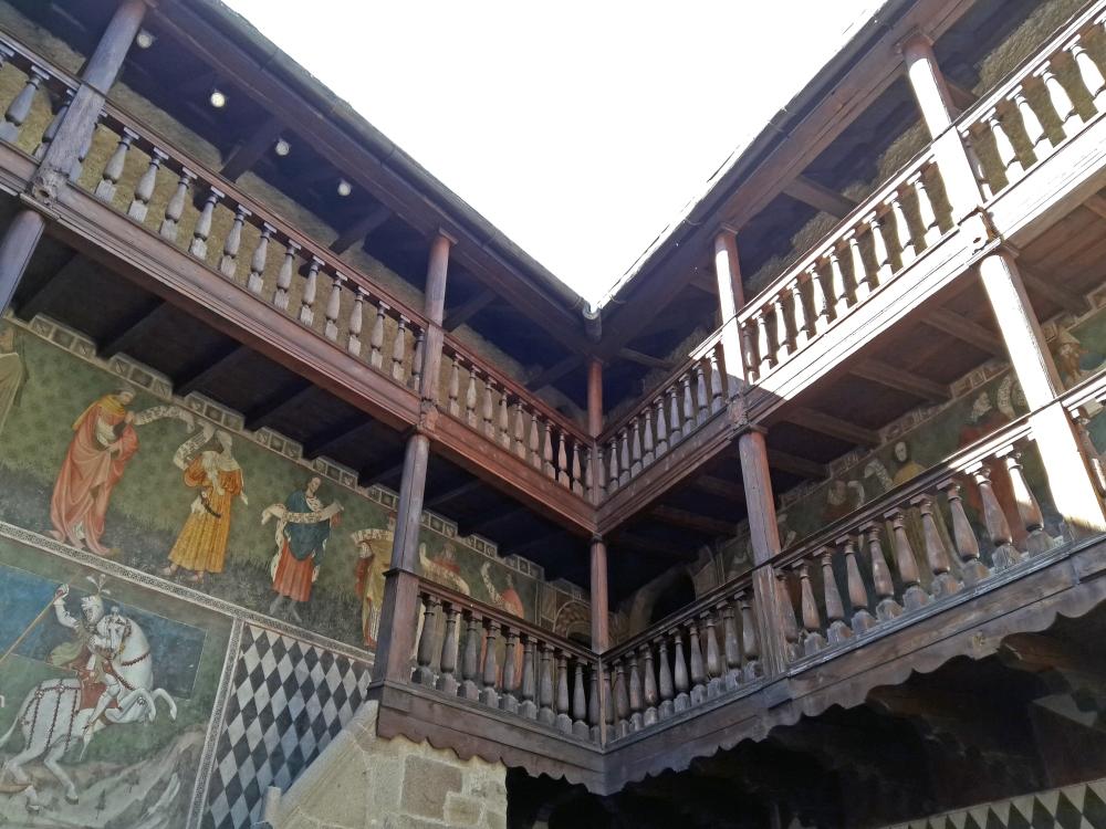 affreschi e balconata del Castello di Fénis