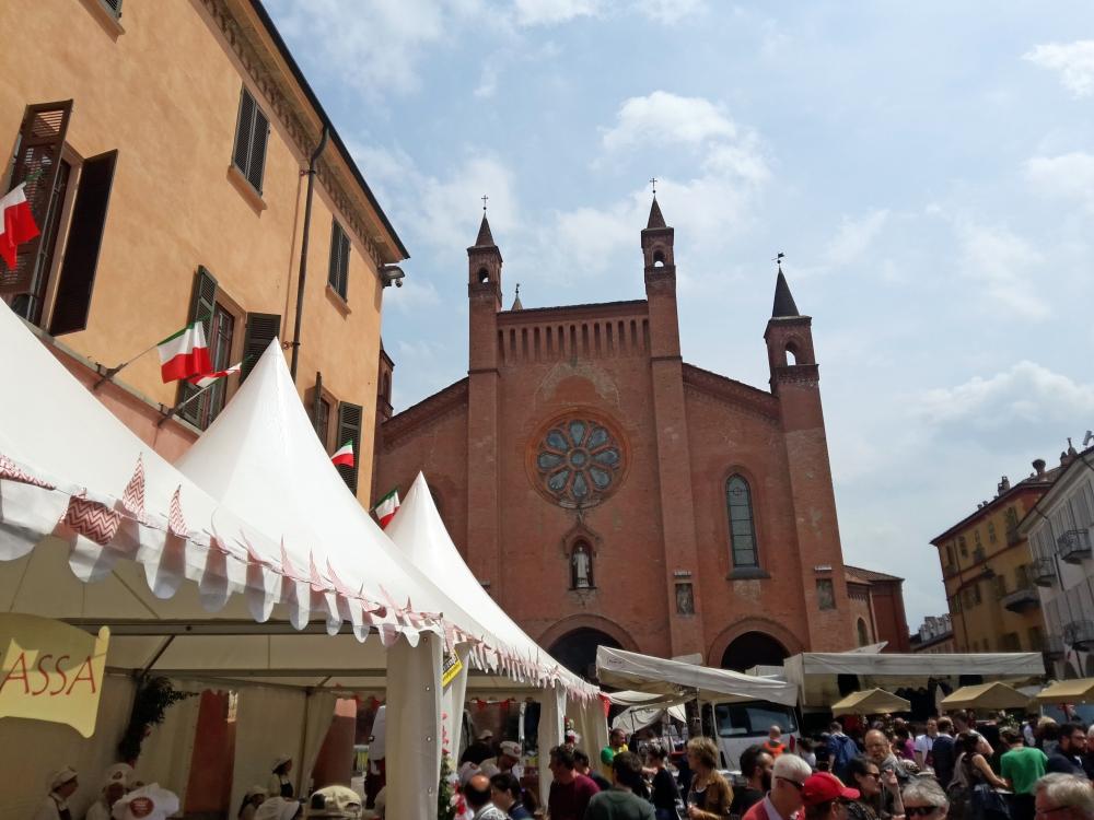 Stand Fiera Vinum Alba davanti Cattedrale di Alba Cuneo