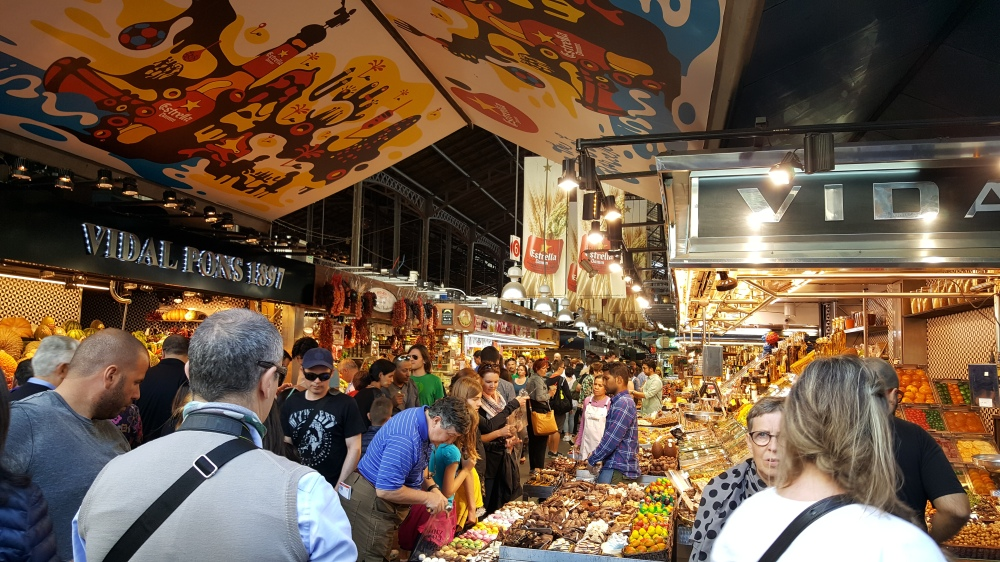 Interno del mercato La Boqueria di Barcellona