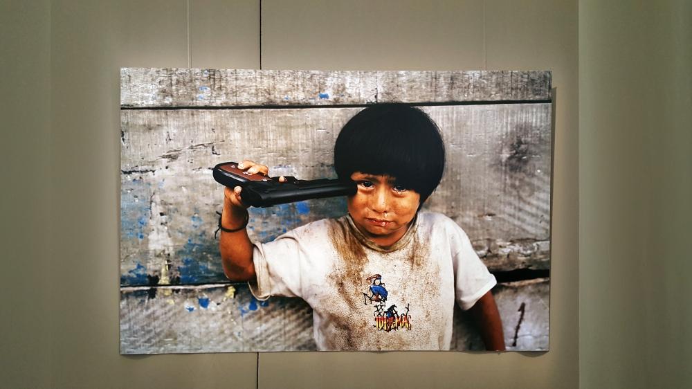 Fotografia bambino con pistola Steve McCurry mostra Venaria Reale