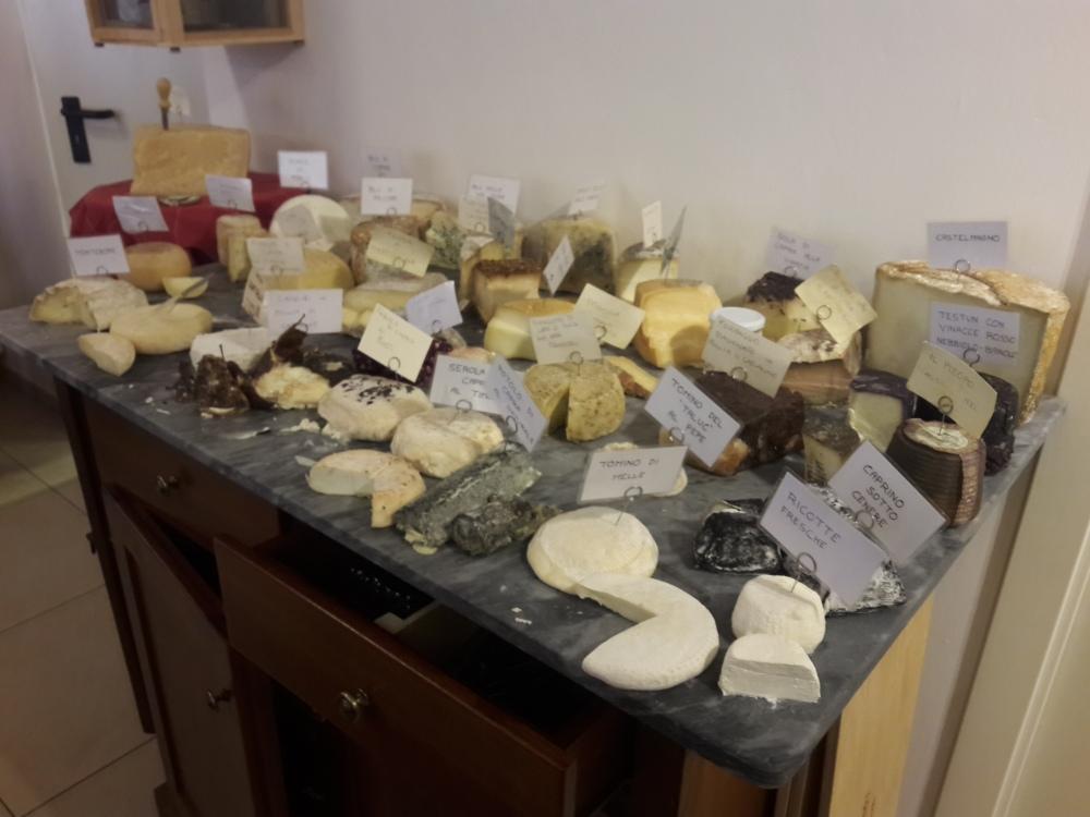 Gastronomia-Formaggi-Cibo piemontese-Enogastronomia-Trattoria tipica piemontese-Cuneo-Piemonte-Saluzzo