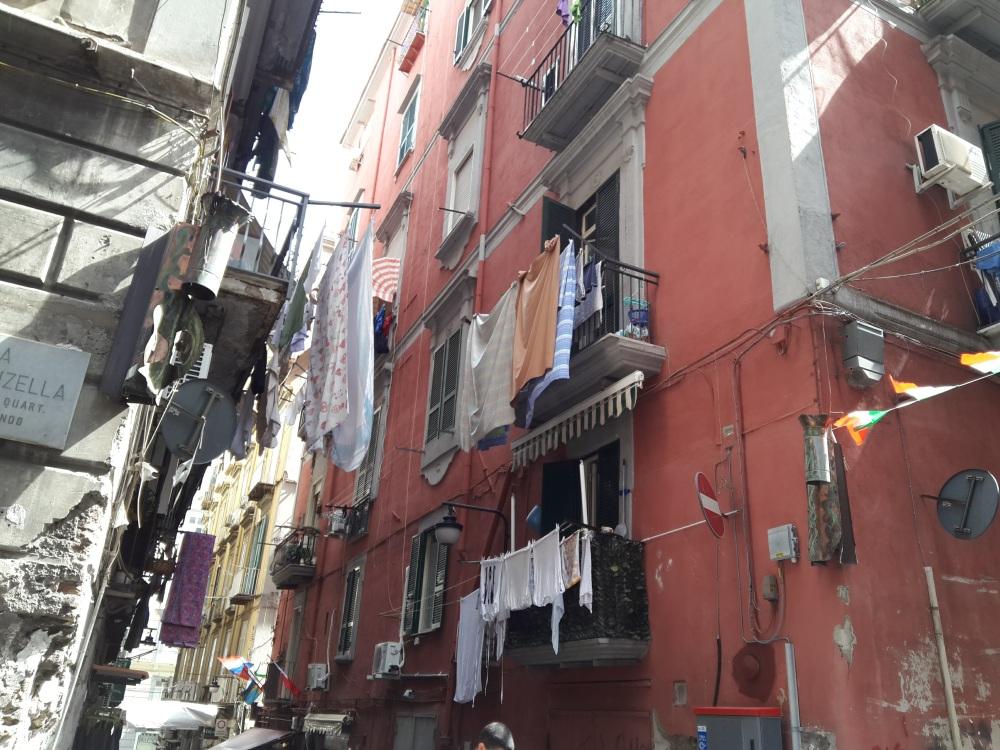 Street photography-Quartieri spagnoli-vie di Napoli-Visitare Napoli-Napoli Museo a cielo aperto-Girare a Napoli-Cosa vedere a Napoli-Visitare Napoli in un giorno