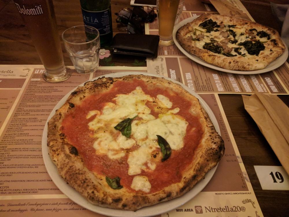 Pizzeria-Pizza-Pizza napoletana-Cibo-Food-Gastronomia tipica-Gastronomia napoletana-Viaggio a Napoli-Week end a Napoli-Gita a Napoli-Cosa fare a Napoli-Napoli-Blog