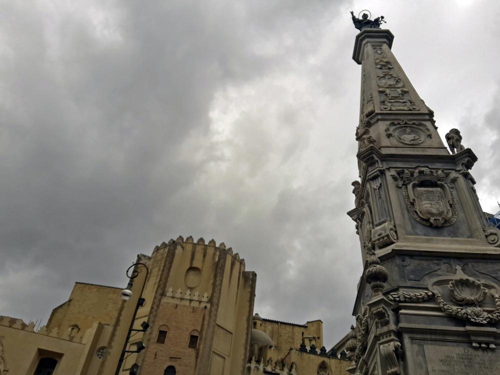 Architettura a Napoli-Street Photography-Visitare Napoli-Cosa vedere a Napoli-Piazza San Domenico Maggiore Napoli-Architettura ecclesiastica-Viaggio a Napoli-Gita a Napoli-Sud Italia
