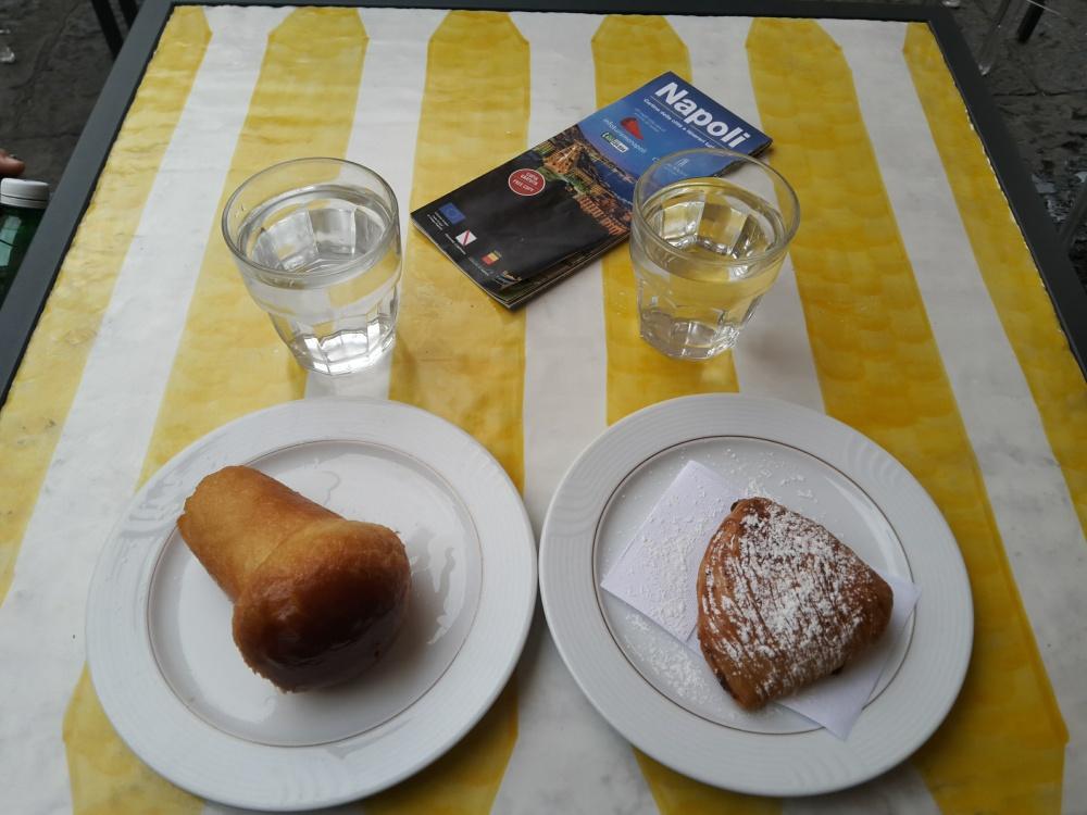 Cibo-Food-Dolci-Dolci tipici-Sfogliatella-Babà-Dolci Napoli-Cosa mangiare a Napoli-Pasticceria-Viaggio culinario-Viaggio in Sud Italia