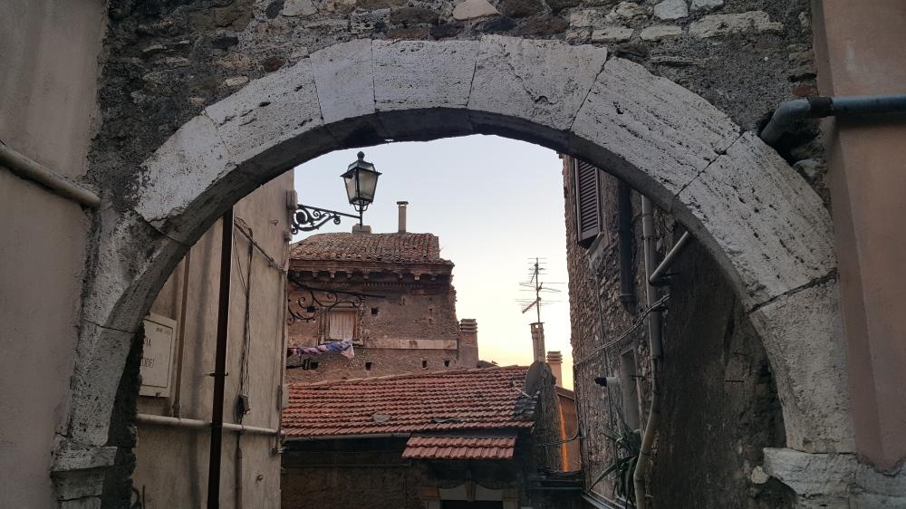 Centro storico-Tivoli-arco-Roma-Italia