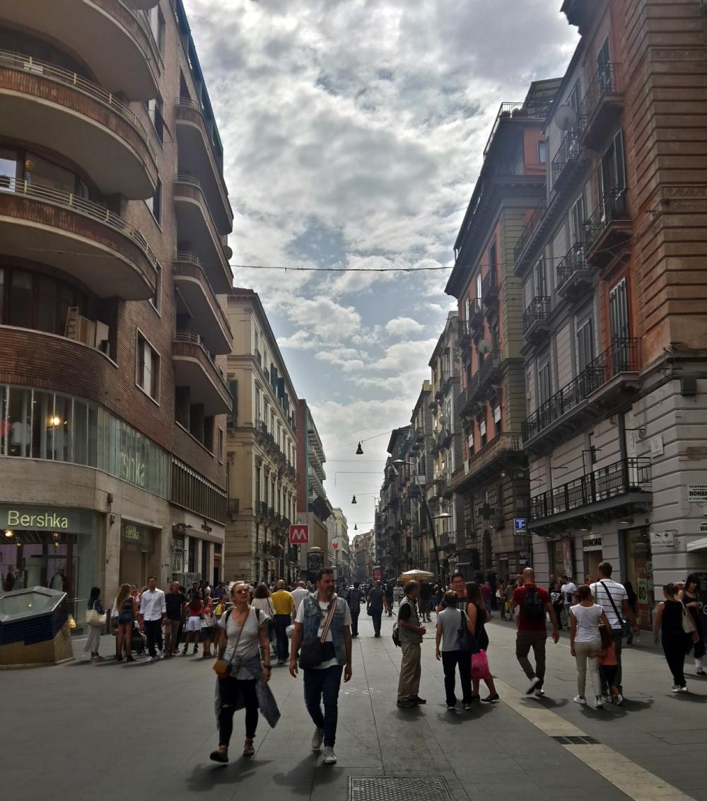 Street photography-Via Toledo-Via Toledo Napoli-Vie di Napoli-Cosa vedere a Napoli-Napoli museo a cielo aperto-Viaggio a Napoli-Viaggio al Sud Italia-Week end a Napoli